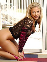 Splendid mature hottie Kayla loves getting naked in front of camera